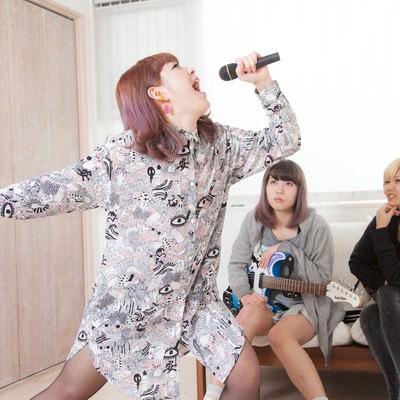 「自宅で新曲を披露するVocal」の写真素材