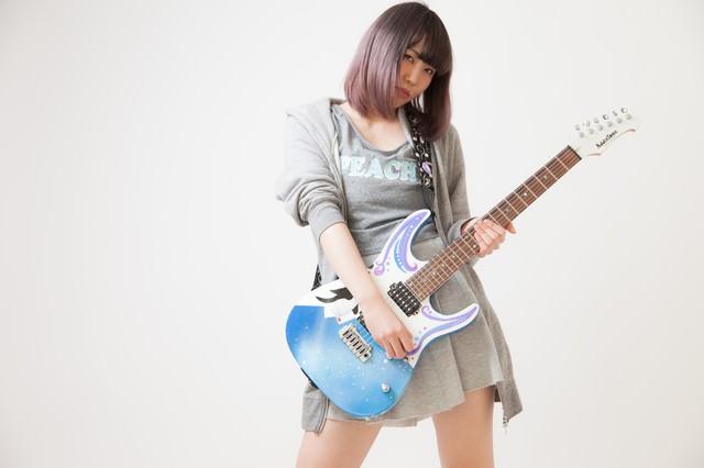 女性ギタリストの写真