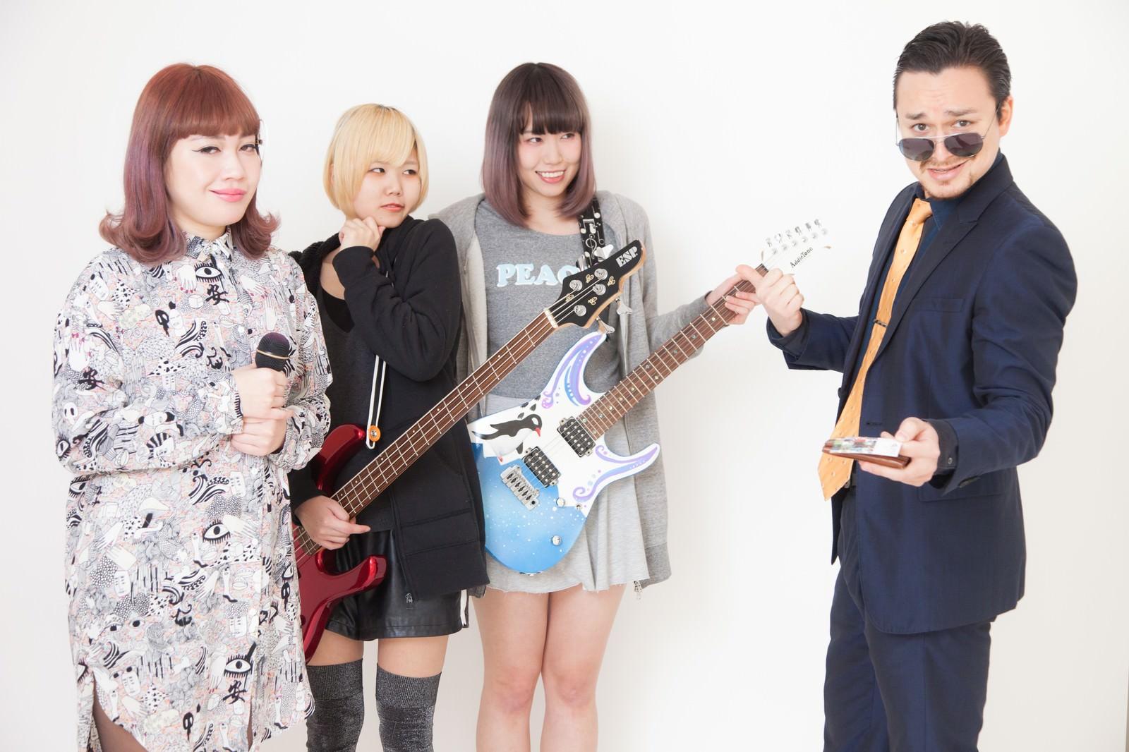 「不敵な笑みを浮かべる敏腕スカウトと女ボーカル」の写真[モデル:IRISMONDE Max_Ezaki]