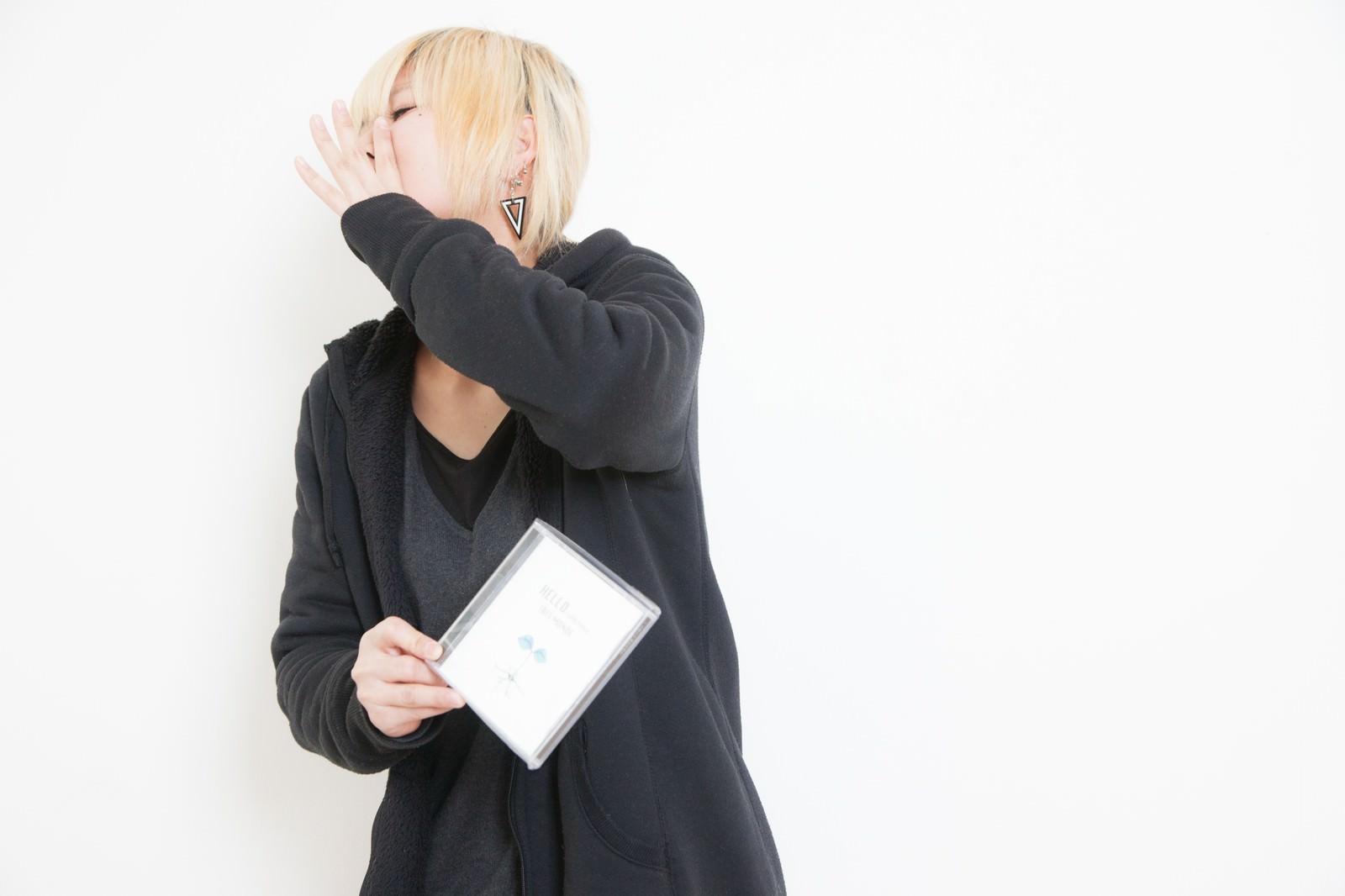 「自主制作のアルバムを手売りする女性アーティスト」の写真[モデル:IRISMONDE]