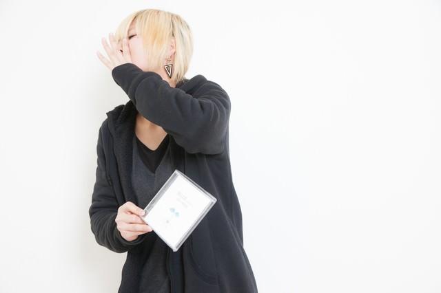 自主制作のアルバムを手売りする女性アーティストの写真