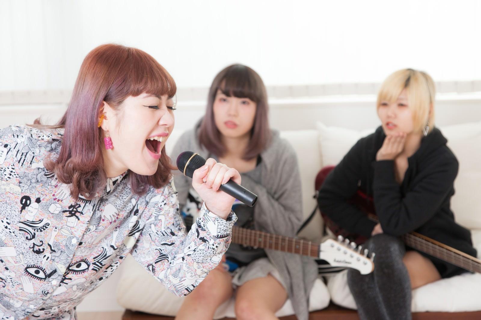 「カラオケで熱唱するバンドのボーカル」の写真[モデル:IRISMONDE]