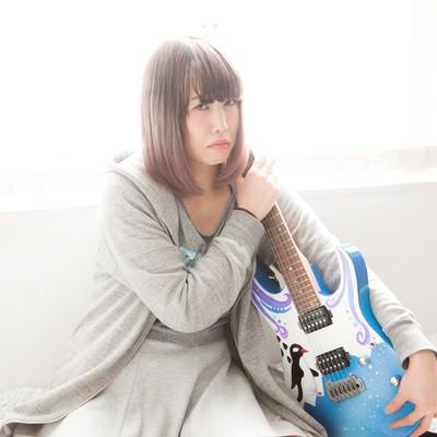 「ツアー代が足りなくて魔の手からギターを守る」の写真素材