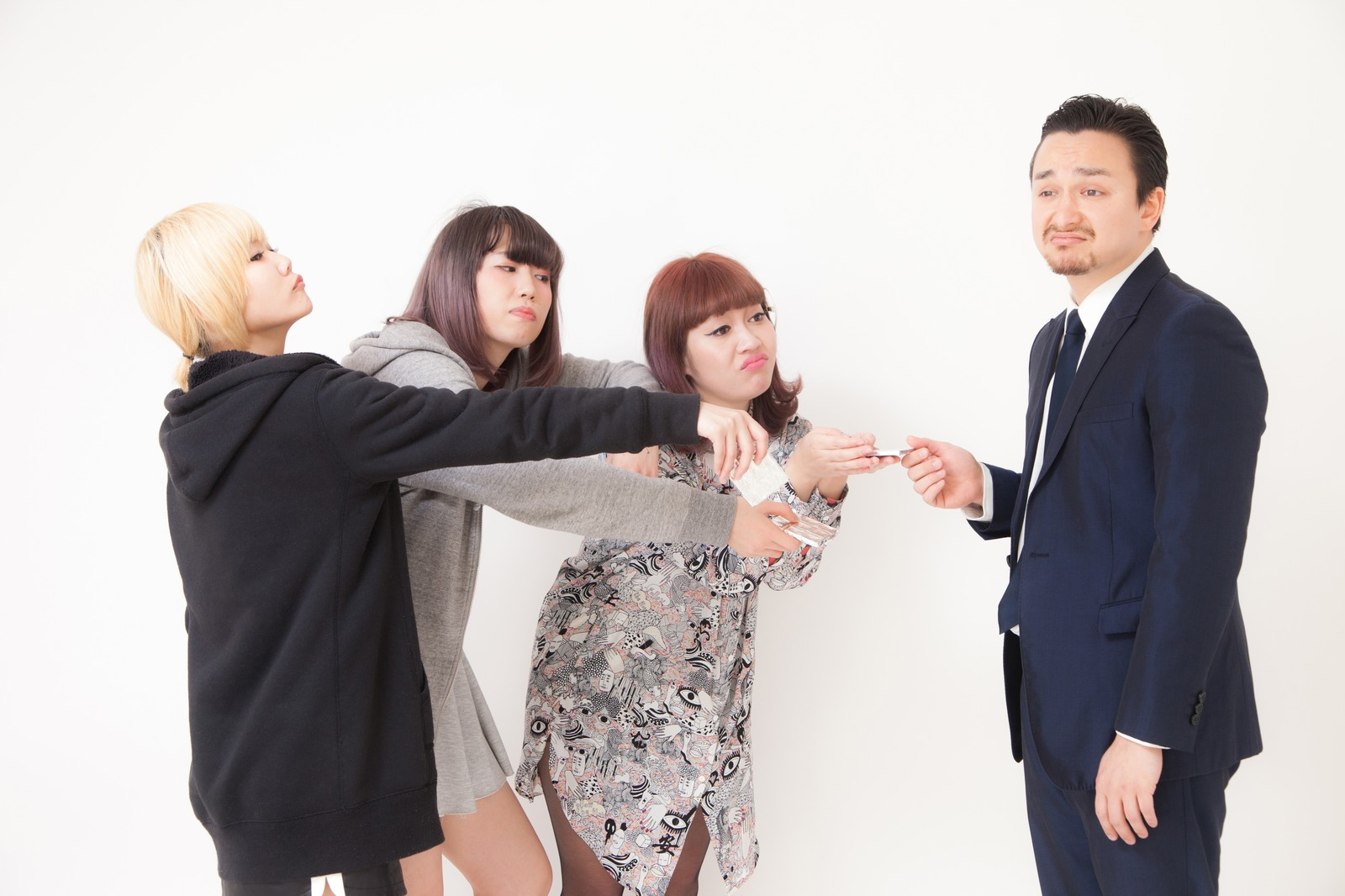 「マネージャーにお礼の板チョコを渡すバンドメンバー」の写真[モデル:IRISMONDE Max_Ezaki]