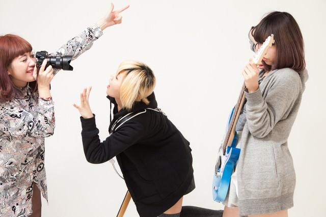 バンドあるある「アー写をメンバー同士で撮影」の写真