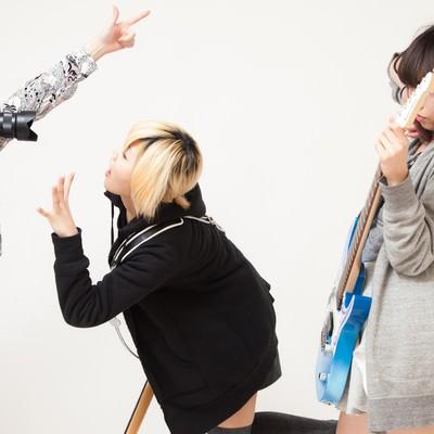 「バンドあるある「アー写をメンバー同士で撮影」」の写真素材