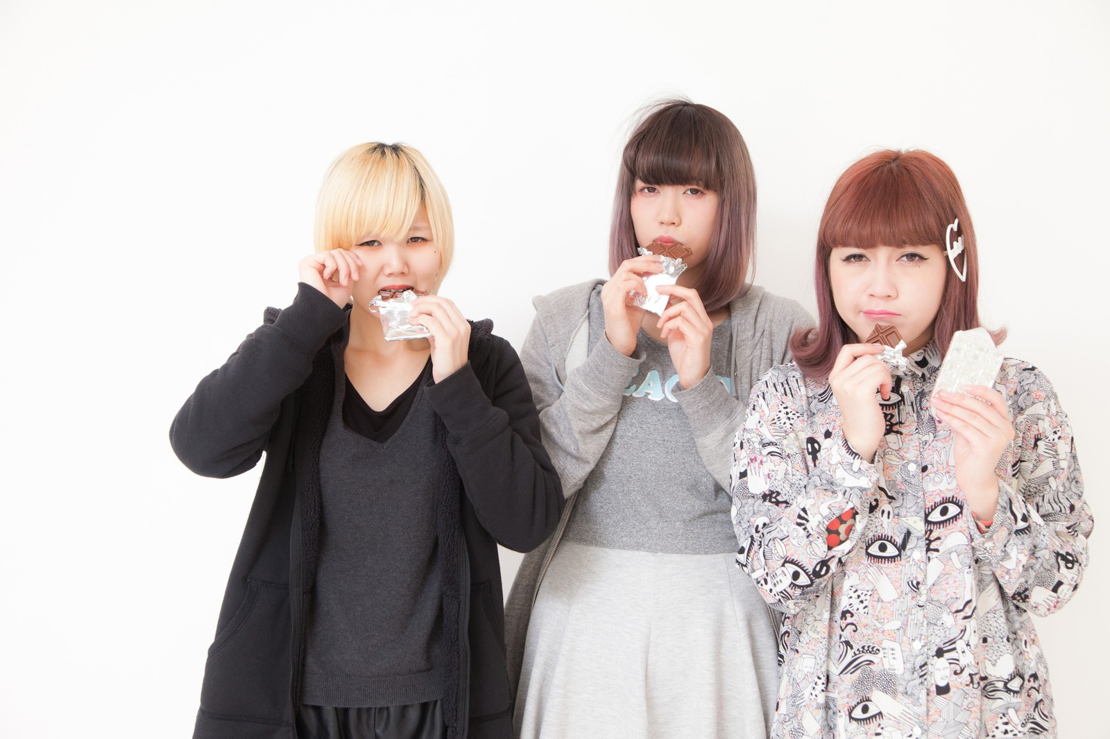 「板チョコを噛みしめる女性三人組」の写真[モデル:IRISMONDE]