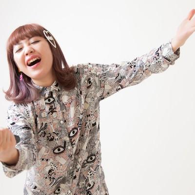 「オーディエンスにサビを歌わせる女性ボーカル」の写真素材
