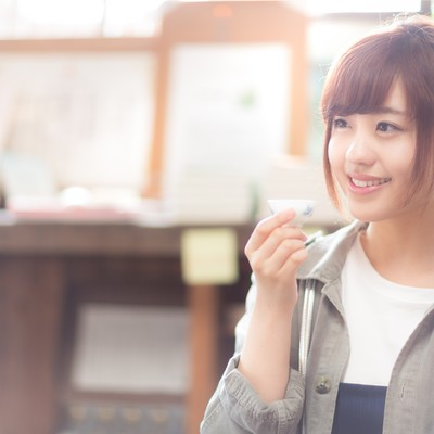 「純米酒を堪能し笑顔がこぼれる女性」の写真素材
