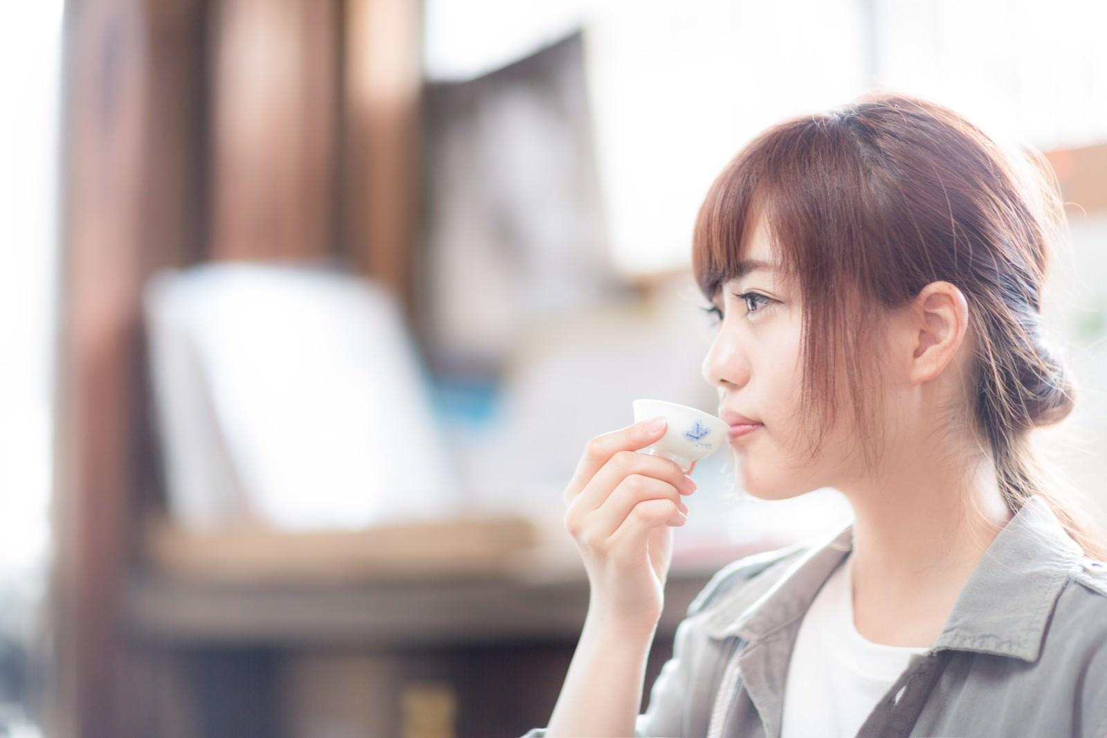 「蔵元で日本酒をいただく若い女性観光客」の写真[モデル:河村友歌]