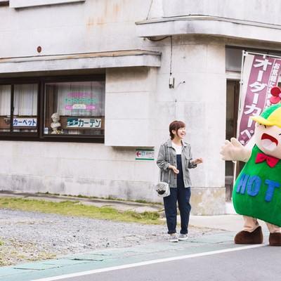 「商店街を歩いていたら人気のゆるキャラと遭遇」の写真素材