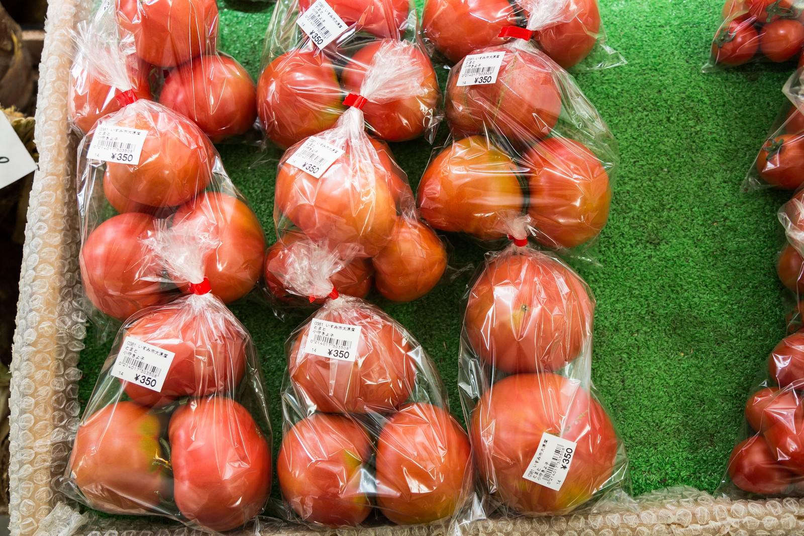 「真っ赤に熟したいすみ市大原産のトマト」の写真