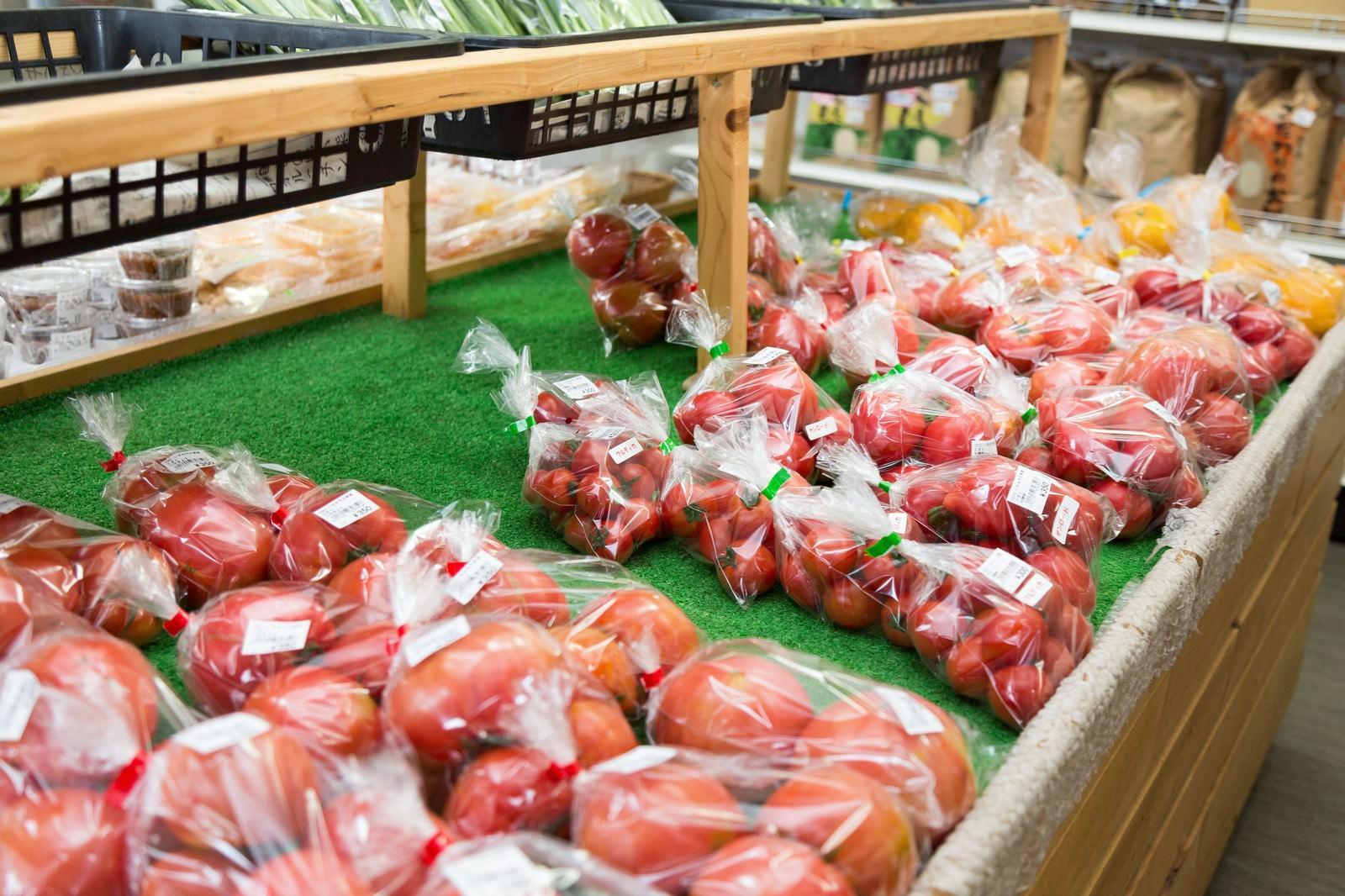 「ふれあい市場に陳列されたブロガーに人気のトマト」の写真