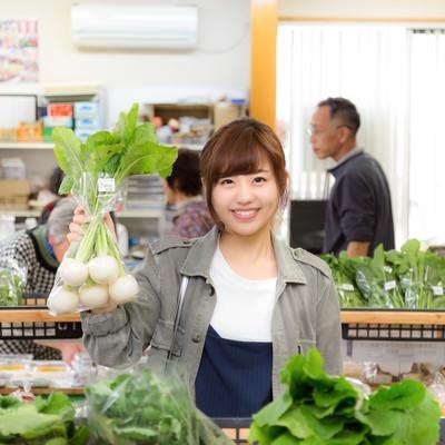 「「株あがれー」の笑顔で店主のお株を奪う女性観光客とふれあい市場の様子」の写真素材
