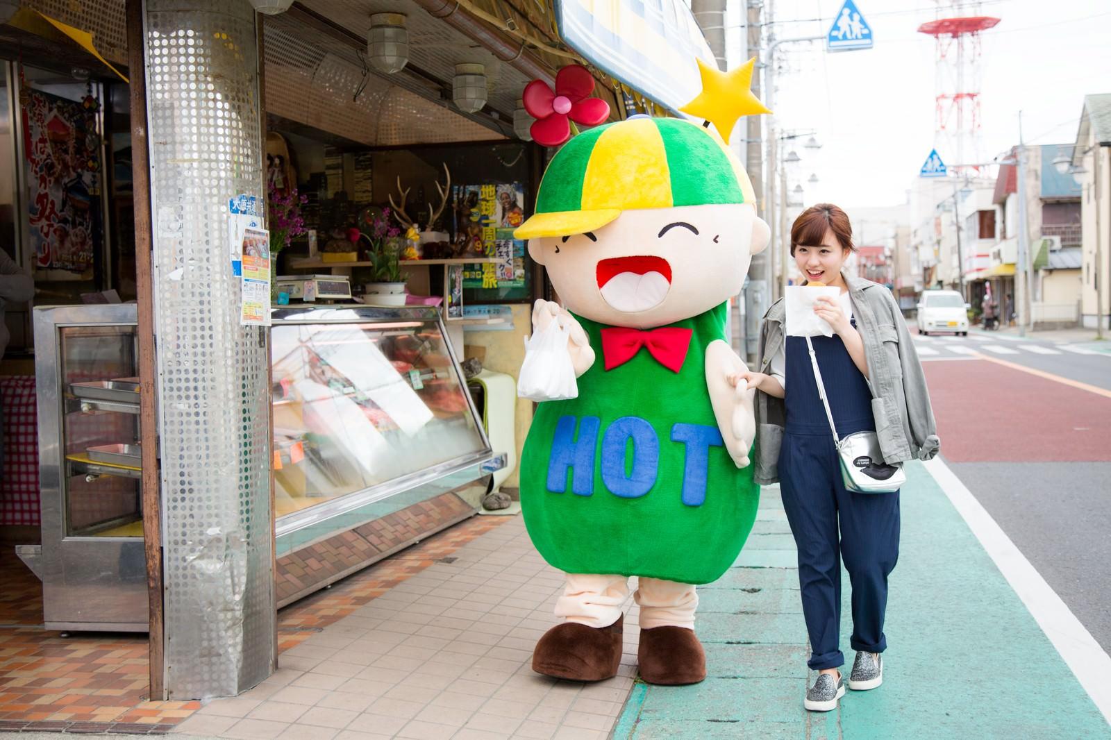 「こっそり食べ歩きをする目立つカップル」の写真[モデル:ホットくん 河村友歌]