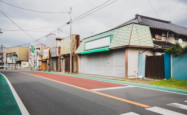 休日の商店街の写真