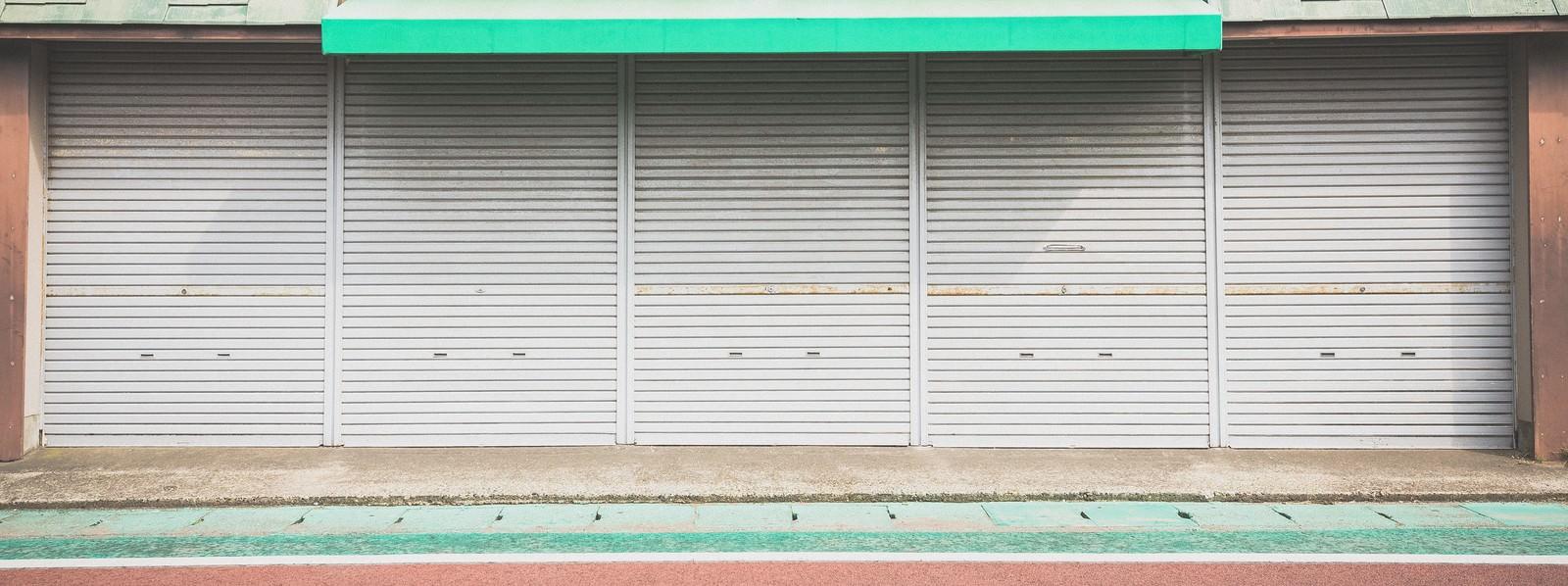 「シャッターが閉まったお店」の写真