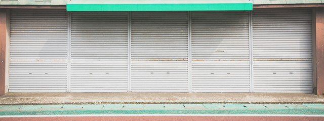 シャッターが閉まったお店の写真