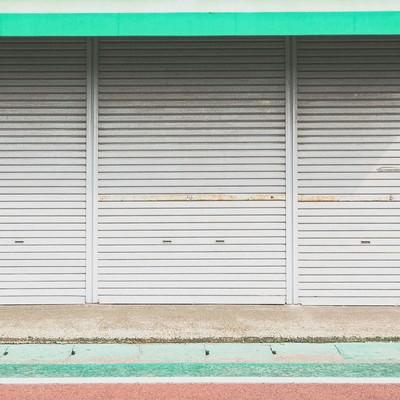 「シャッターが閉まったお店」の写真素材