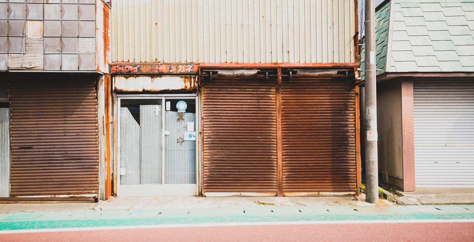 「錆びたお店のシャッター」の写真
