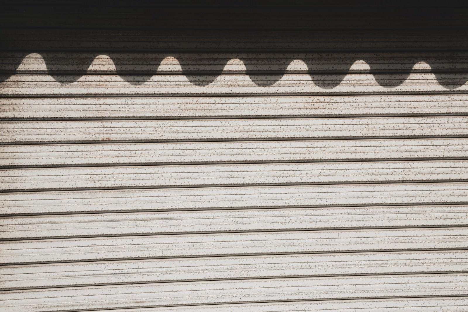 「波の影ができたシャッター波の影ができたシャッター」のフリー写真素材を拡大