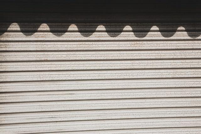 波の影ができたシャッターの写真