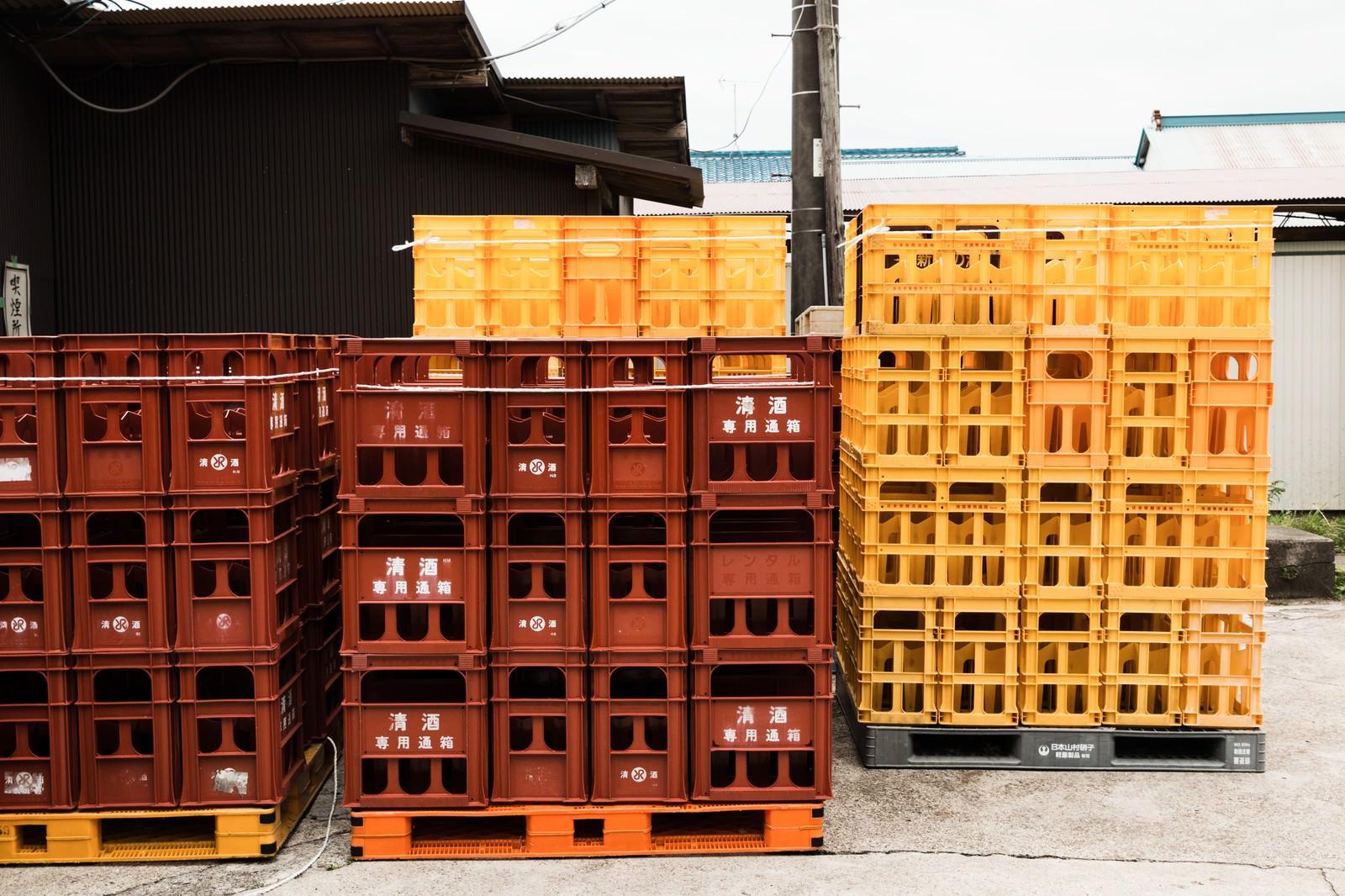 「積み上げられた日本酒ケース」の写真