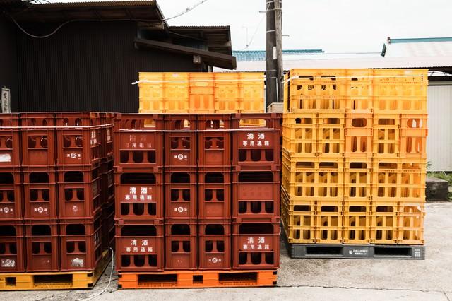 積み上げられた日本酒ケースの写真