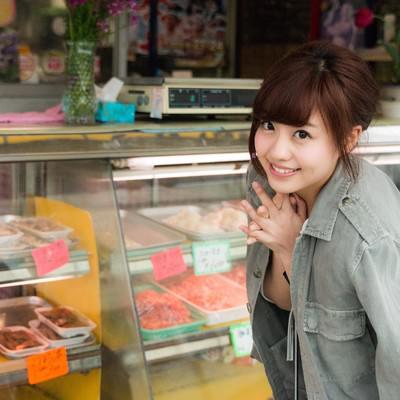 「A5ランクの牛肉をおねだりする彼女」の写真素材