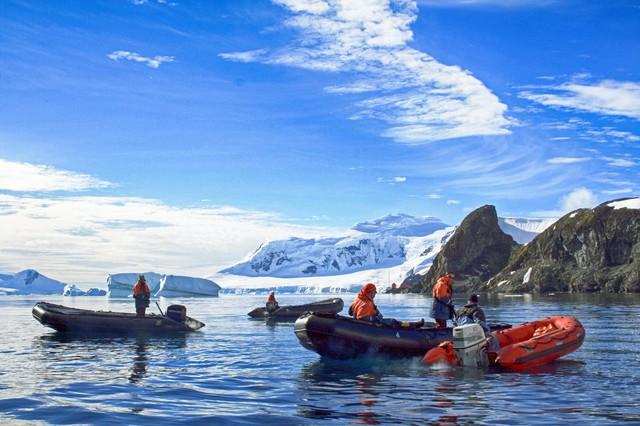 南極大陸とゾディアックの写真