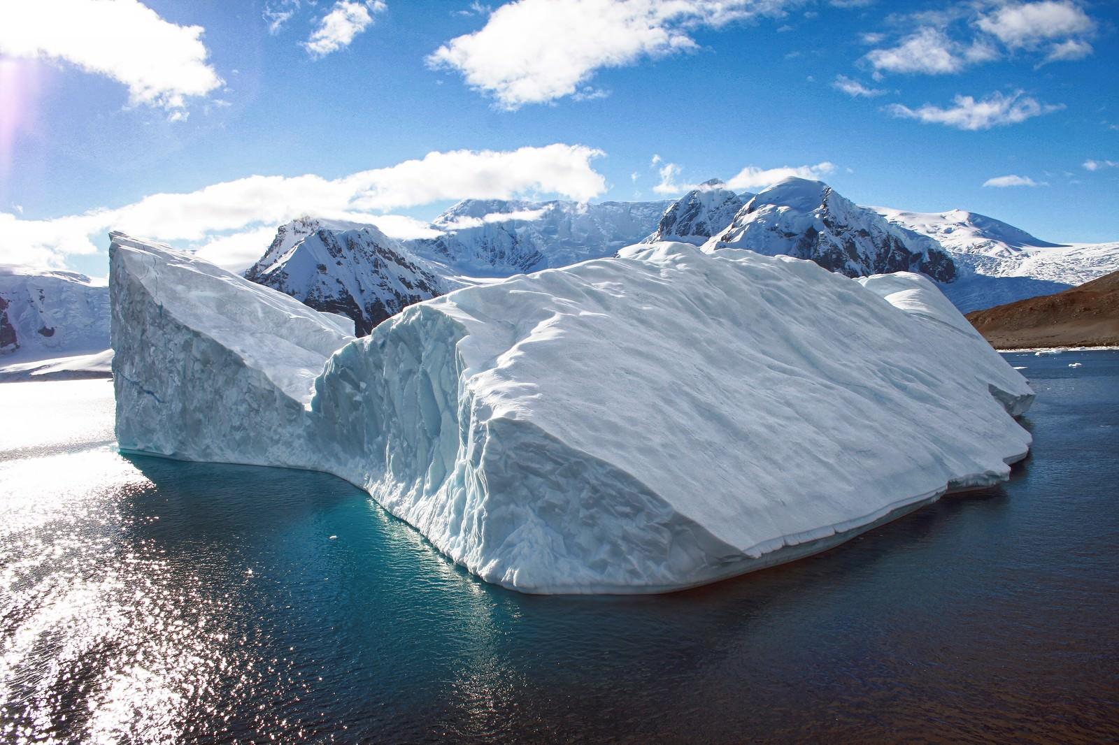 「南極の氷の島」の写真