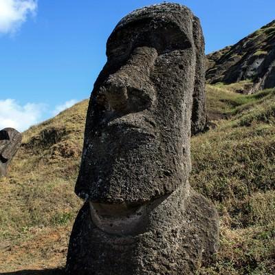山に埋もれるモアイ像の写真