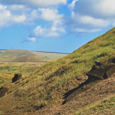 「山肌に埋もれるモアイ像」の写真素材