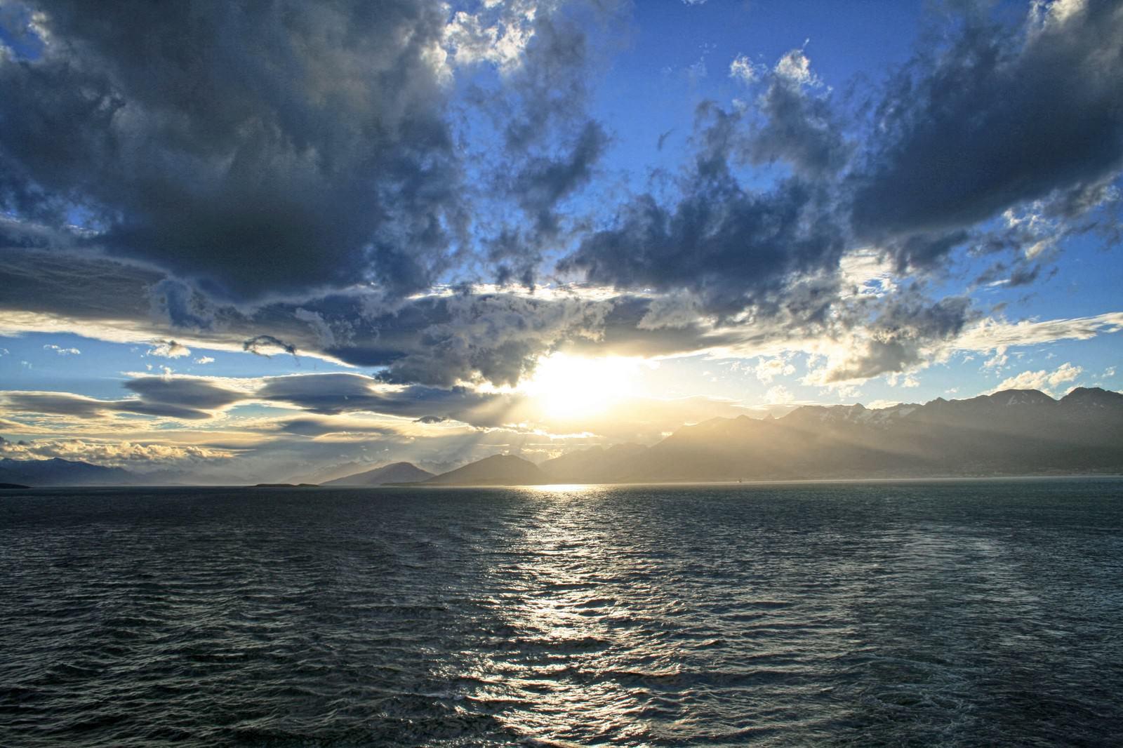 雲と海と朝日が素敵な朝日壁紙