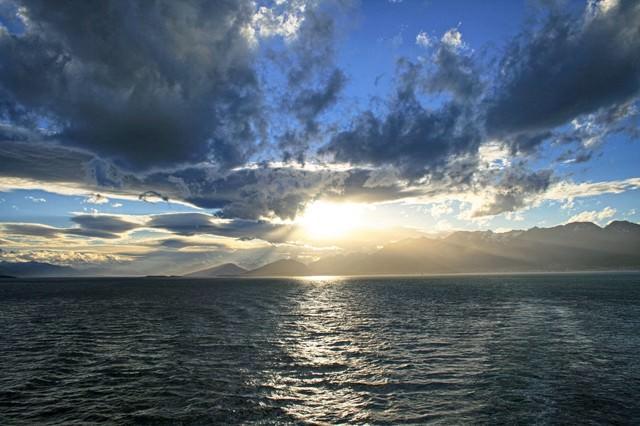 穏やかな海に日が昇る の写真