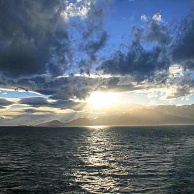 「穏やかな海に日が昇る 」の写真素材