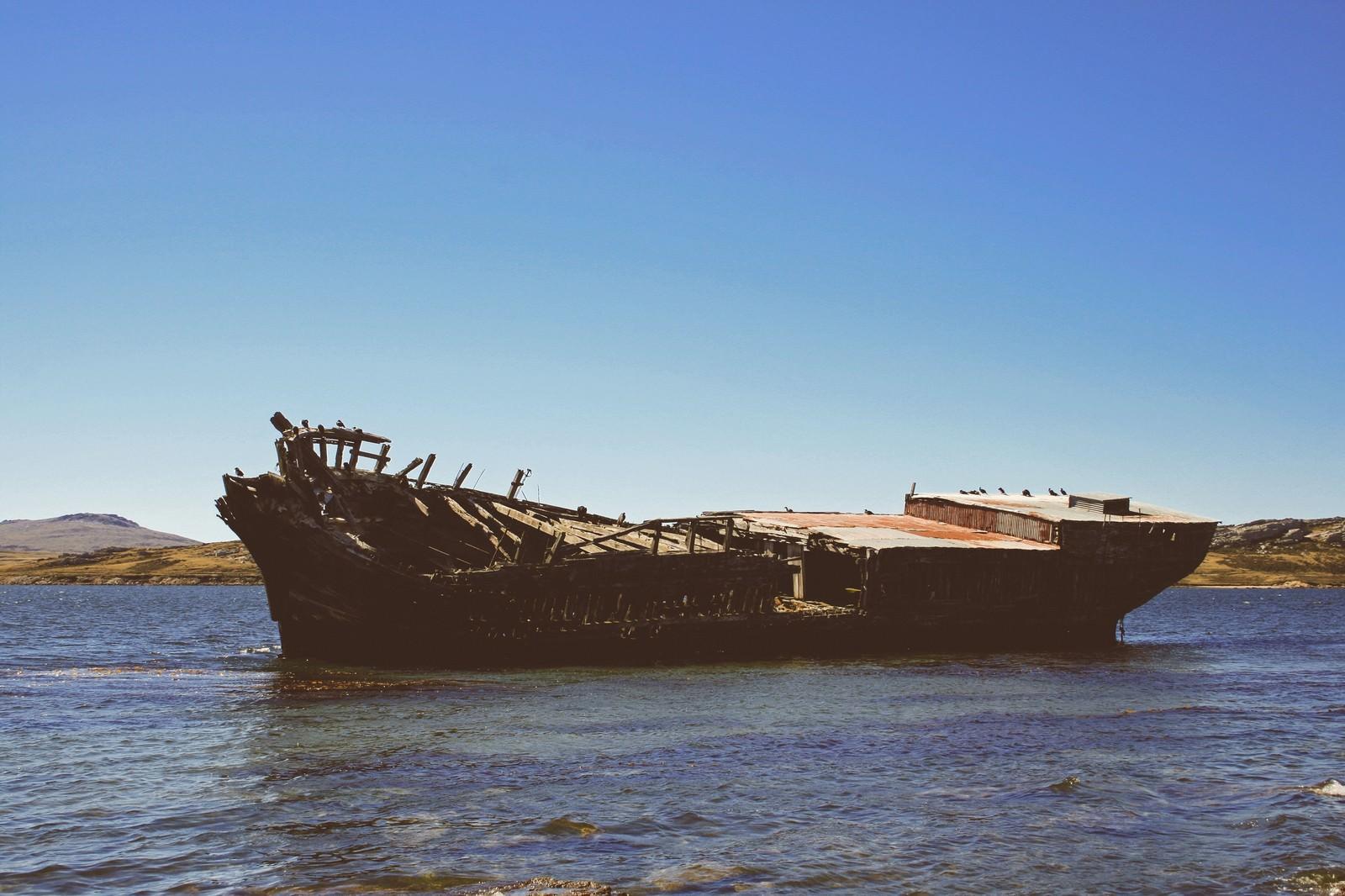 「フォークランド諸島に浮かぶ座礁した廃船」の写真