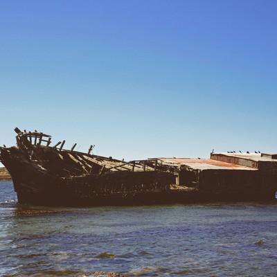 フォークランド諸島に浮かぶ座礁した廃船の写真