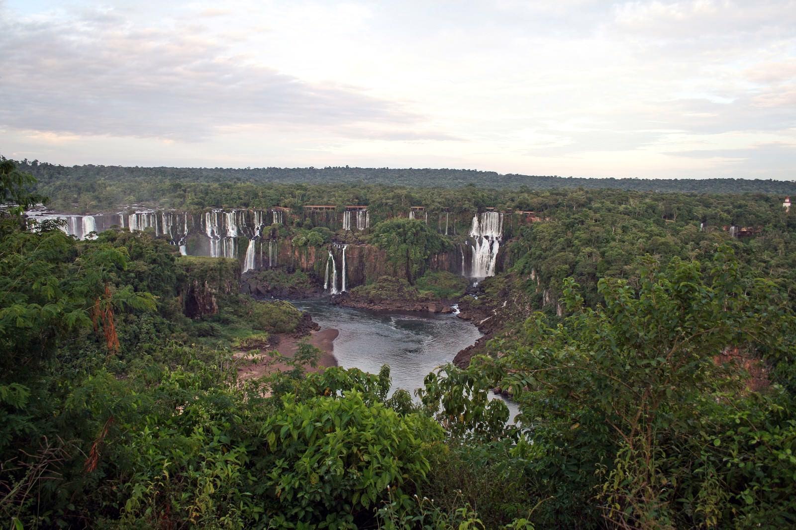 「ジャングルに流れるイグアスの滝」の写真