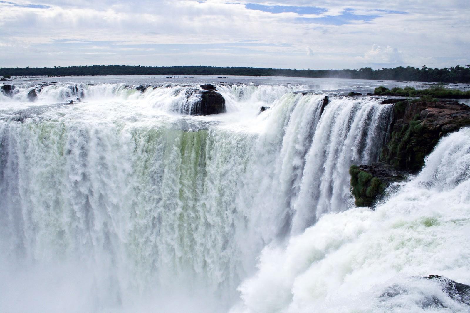 「ブラジルの「イグアスの滝」ブラジルの「イグアスの滝」」のフリー写真素材を拡大