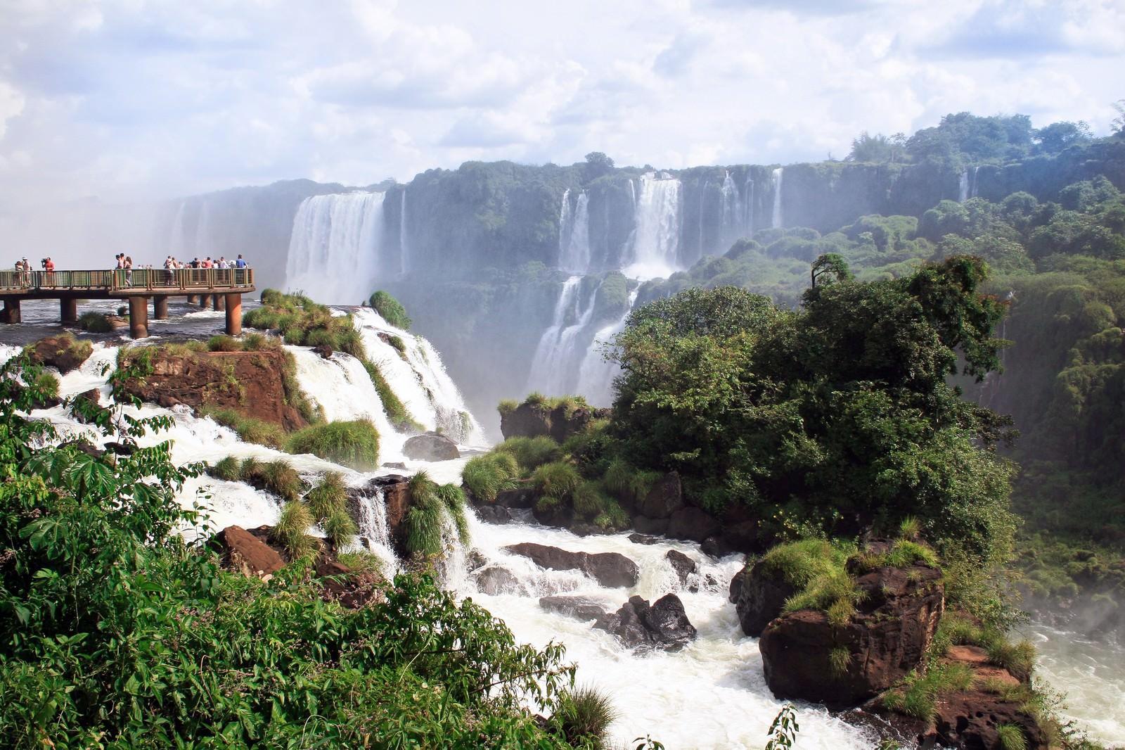 「イグアスの滝と観光客イグアスの滝と観光客」のフリー写真素材を拡大