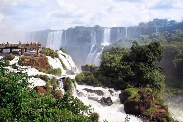 イグアスの滝と観光客の写真