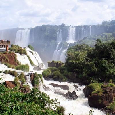 「イグアスの滝と観光客」の写真素材