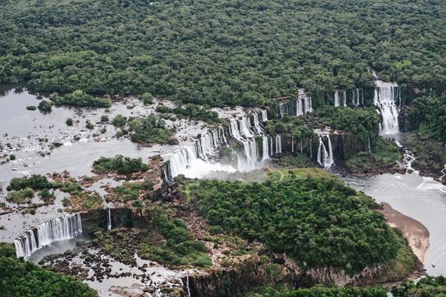 森に囲まれたイグアスの滝の写真
