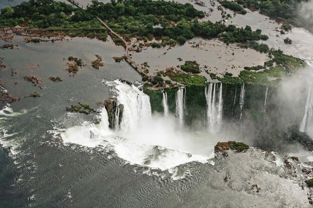 世界遺産のイグアスの滝(ブラジル)