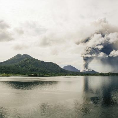 噴煙を上げる火山島の写真
