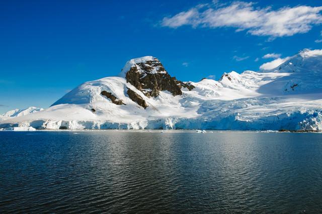 氷が溶け山肌が見える(南極大陸)の写真