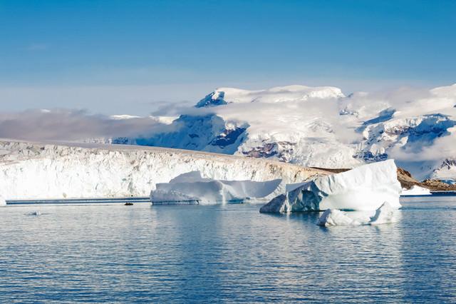南極大陸の分厚い流氷の写真