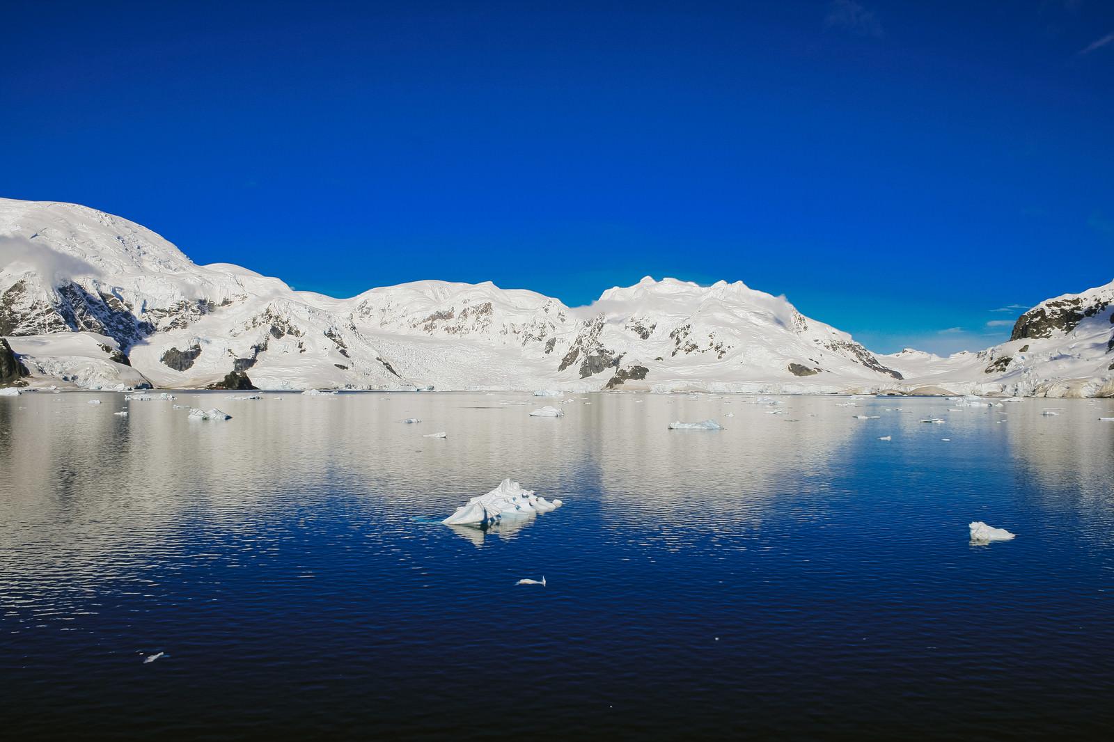 「快晴の南極大陸快晴の南極大陸」のフリー写真素材を拡大