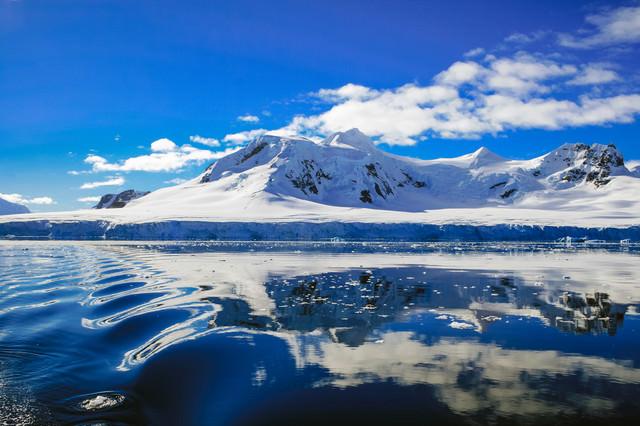 青く澄んだ空と南極大陸の写真